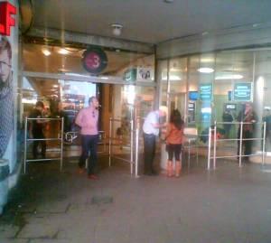 בודק בכניסה לדיזנגוף סנטר, תל אביב, צילום: יוסי מטלון