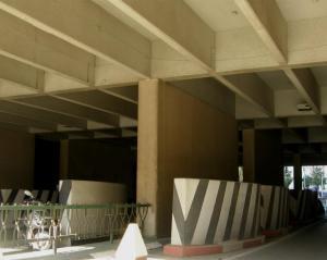 גושי בטון, הגנה על עמודי מגדל שלום, תל אביב, צילום: יוסי מטלון