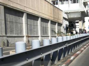 """עמודוני מתכת לפני שגרירות ארה""""ב בתל אביב, צילום: יוסי מטלון"""
