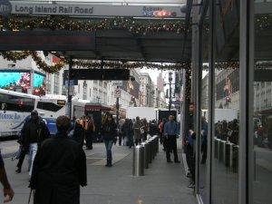 עמודוני פלדה בפתח כניסה לרכבת תחתית במנהטן, ניו יורק, צילום: יוסי מטלון