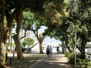 קצה מערבי של שדרות בן-גוריון הניפגשת עם כיכר אתרים. צילום: יוסי מטלון